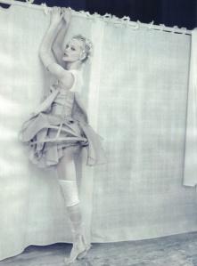"""""""White Story"""" de Paolo Roversi. Modèles: Sasha Pivovarova et Guinevere van Seenus. Vogue Italie, Avril 2010"""