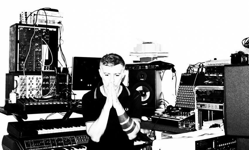 Discret, observateur, solitaire, jamais très loin de sa fille, de sa femme, de son studio et de ses boucles sombres, Eric Michel aka K-21 compte parmi les premiers producteurs de musique Techno à avoir réalisé des performances 'Live' sur la Côte d'Azur. Autrement dit, une Techno concoctée «en temps réel». Photo: DR