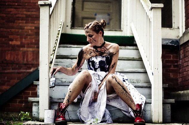 « Trash the dress » est aussi connu sous les noms de « fearless bridal » (« la noce intrépide ») ou « rock the frock » (mot-à-mot, « fais bouger les fringues », dans le sens de « mets de l'ambiance avec tes fringues »). Shooting extrême du photographe Canadien, Jeff Cooke.